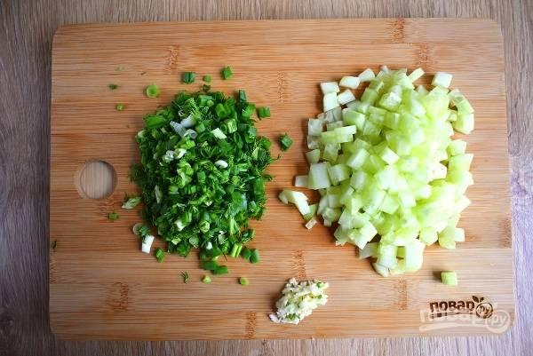 Овощи помойте под прохладной водой. Чеснок и огурец очистите. Если используете летний огурчик, не очищайте его. Все овощи измельчите.