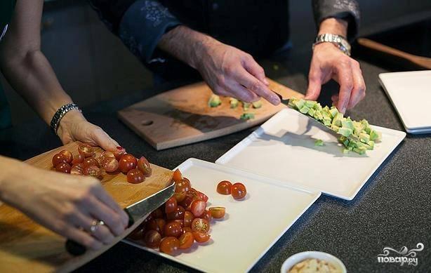 3. Нарезаем авокадо и помидоры черри, пока варится киноа. Рвем микс салатов или рукколу (если берете только одну зелень). Когда киноа остынет, смешиваем крупу вместе с нарезанными овощами.