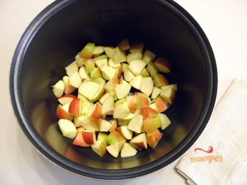 5. У яблок удалите сердцевинки. Если кожура плотная и жесткая, то лучше снять ее. Яблоки порежьте небольшими кусочками или пластинками. Чашу мультиварки смажьте рафинированным или сливочным маслом. Распределите яблоки.