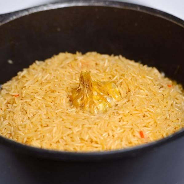 Сделайте купол из риса. Положите головку чеснока поверх.