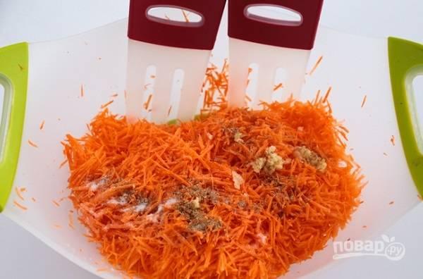 3. В глубокой мисочке соедините морковь, соль, сахар, кориандр, уксус, пропущенный через пресс чеснок. Перемешайте как следует.