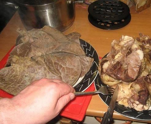 1. Итак, ливер предварительно проварим до готовности. Я отваривала и печень, и легкие, и почки, и сердце.