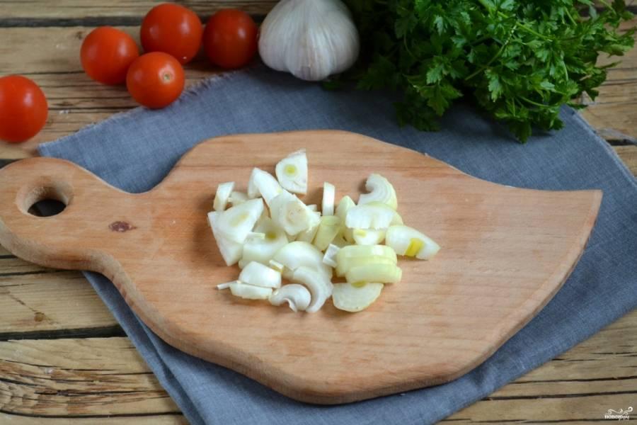 Лук порежьте половинками или четвертинками колец (зависит от размера луковицы).