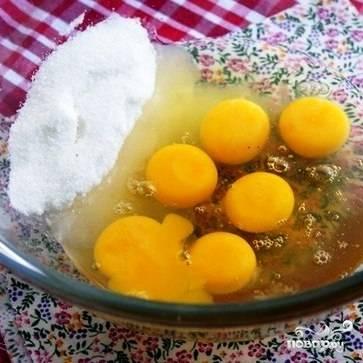 Все очень просто. Для начала в емкость разобьем яйца, добавим мед и сахар.
