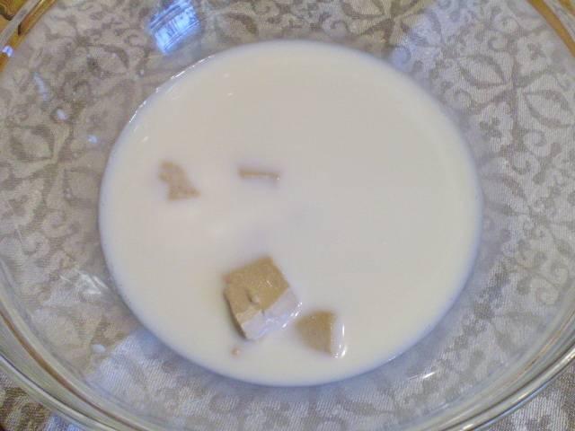 2. Прогреваем молоко до 40 градусов. Растворяем дрожжи.