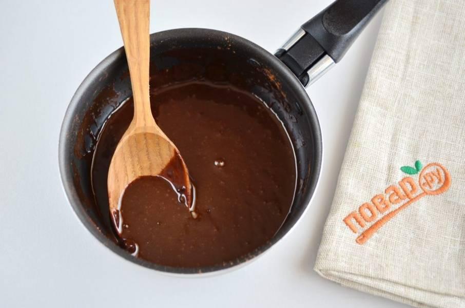 13. Растопите плитку шоколада или сварите глазурь, у меня рецепт глазури простой: 2 ст. л. какао, 3 ст. л. сахара, 40 г масла сливочного и 40 мл молока, все соединить на медленном огне, прогреть, пока не растает масло.