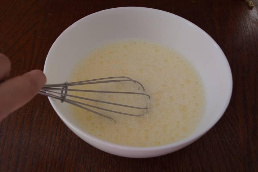 В миску разбейте 1 яйцо. Влейте 1 стакан молока. Добавляем сразу сахар и соль.