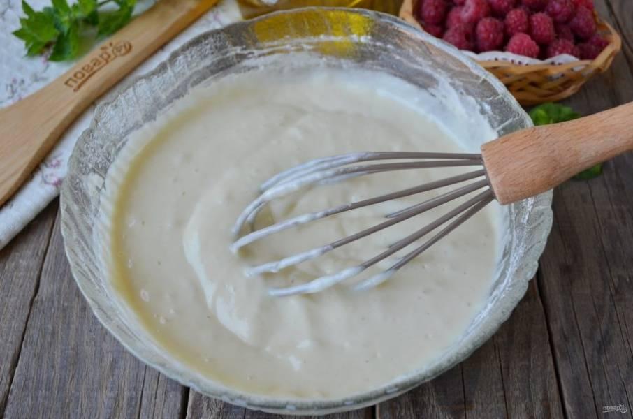 Тесто для оладушек готово, оно в меру густое и воздушное. По желанию можно добавить щепотку ванилина.