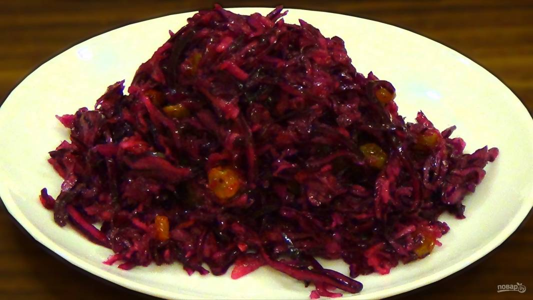 Салат из краснокочанной капусты с изюмом