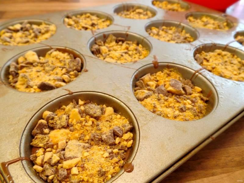 12.Разложите кусочки в формочки поверх шоколада и отправьте в холодильник на ночь (6-8 часов).