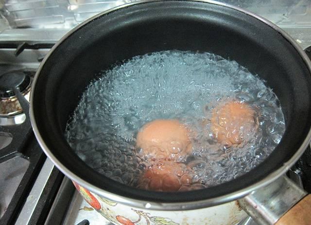 1. Рецепт приготовления мраморных крашеных яиц довольно прост. Для начала необходимо положить яйца в холодную воду, довести до кипения и варить около 10 минут.