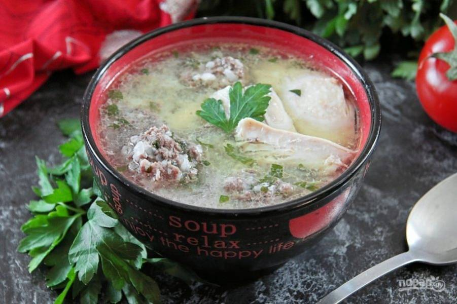 Вкусный и ароматный суп готов. Остывшую к тому времени курицу необходимо разобрать, разлить готовый горячий суп по тарелкам, в каждую положив по кусочку куриного мяса. Приятного аппетита!