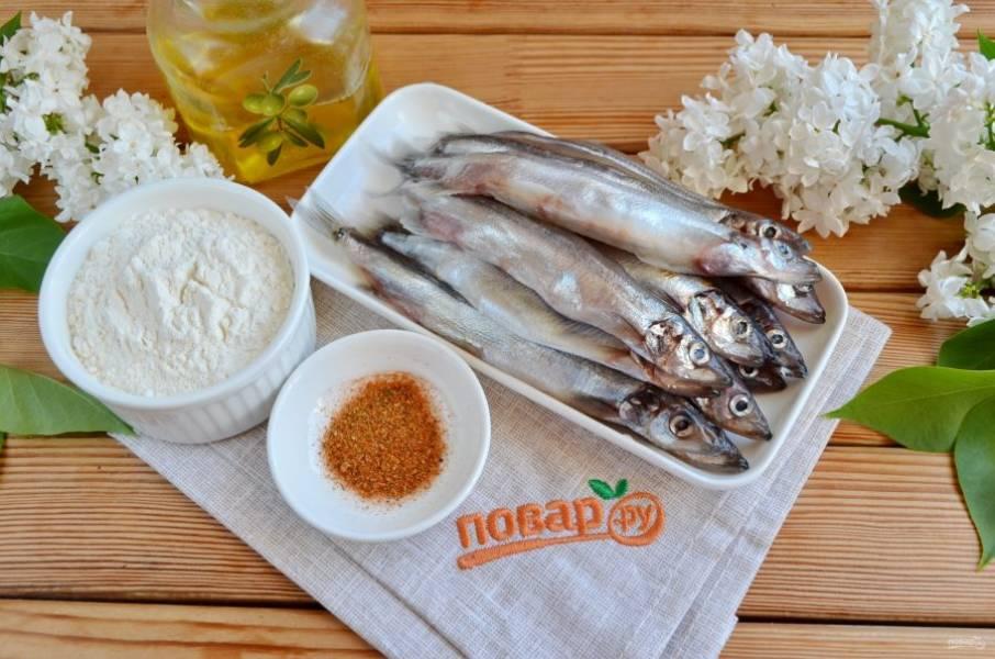 Подготовьте продукты. Рыбу заранее разморозьте при комнатной температуре. Вымойте и положите на дуршлаг, чтобы стекла хорошо вода. Не нужно потрошить рыбу, иначе при жарке весь внутренний жир уйдет.