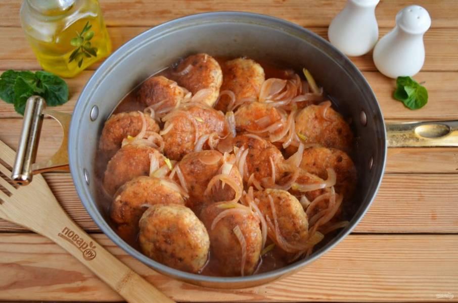 Сложите гречаники с глубокую сковороду или сотейник, залейте соусом и тушите под крышкой 15-20 минут.
