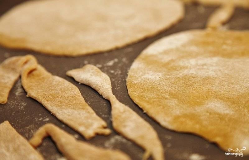 Круглые коржи вместе с обрезками ставим в духовку, предварительно разогретую до 200 градусов.