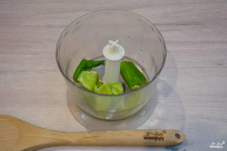 """Соус """"Чимичурри"""" готовят из зеленого острого перца с добавлением зелени, уксуса, масла и специй. Итак, наденьте перчатки на руки. Жгучий перец хорошо проникает в кожу и очень опасен для глаз, поэтому лучше работать в перчатках. Очистите перец от семян. Поместите его в блендер."""