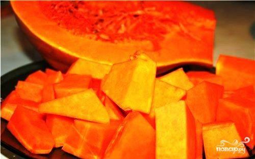 Тыкву нарезаем небольшими кубиками, сбрызгиваем оливковым маслом, посыпаем сухим базиликом и запекаем в духовке 20 минут при 180 градусах.
