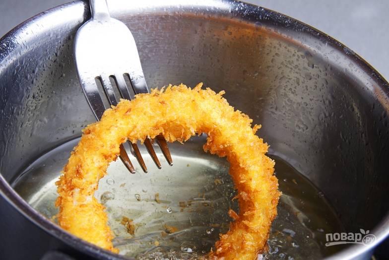 Луковые чипсы приобретают характерный золотистый цвет. Перед подачей выложите кольца на бумажные полотенца, чтобы стек жир?