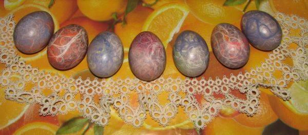 6. Затем залить яйца холодной водой и остудить. Яйца крашенные нитками в домашних условиях почти готовы. Осталось аккуратно снять все нитки, просушить немного и натереть растительным маслом, чтобы яйца красиво блестели.