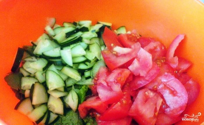 Нарезаем кубиками огурец и помидор. Положите овощи и ботву в глубокую миску. Помидор лучше взять розовый, такой сорт идеально подходит для салатов, так как он мясистый по своей структуре и имеет сладковатый привкус.