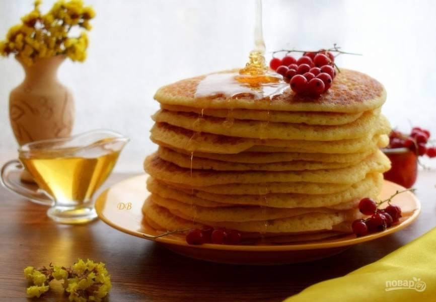 Готовый блин сразу смажьте сливочным маслом. Подавайте к столу блинчики горячими, со сметаной, вареньем или медом. Приятного аппетита!