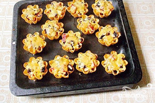 Тарталетки с мясом, фруктами и сыром