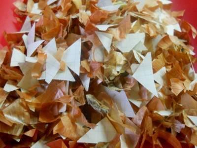 2. Также нужно взять лист бумаги и нарезать небольшие кусочки. Добавить к шелухе и перемешать.