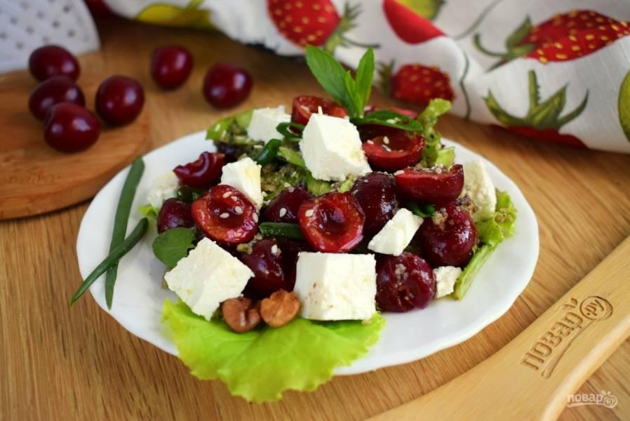Салат с черешней и сыром