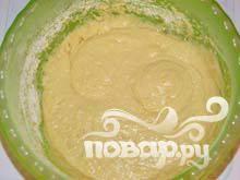 4. Добавляем муку,добавляем    разрыхлитель   и замешиваем не очень густое тесто (как на оладушки).