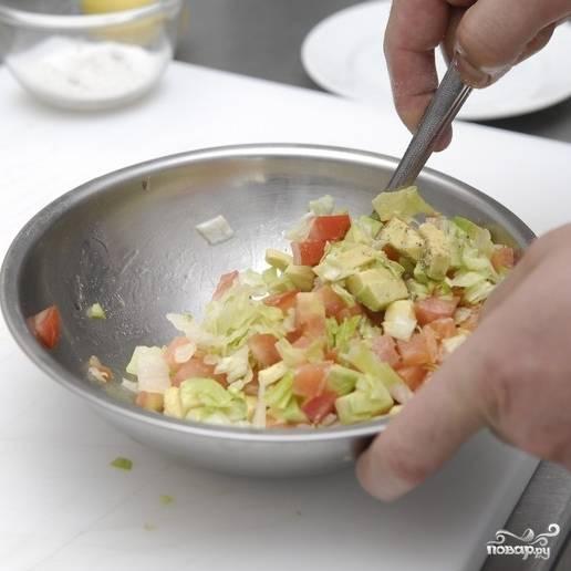 Заправляем салат оливковым маслом, солим и перчим. Перемешиваем хорошенько.