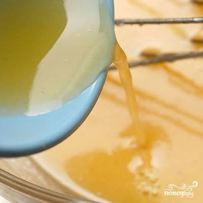 6. Взбивая соус венчиком, добавьте лимонный сок.