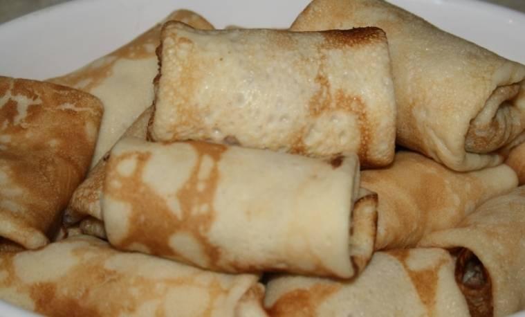 Вот так выглядят блины с начинкой из фарша для блинов. Подавать можно со сметаной. Приятного аппетита!