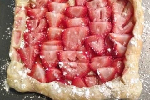 Простой, но очень вкусный пирог готов. Посыпаем его сахарной пудрой и при желании добавляем взбитые сливки.