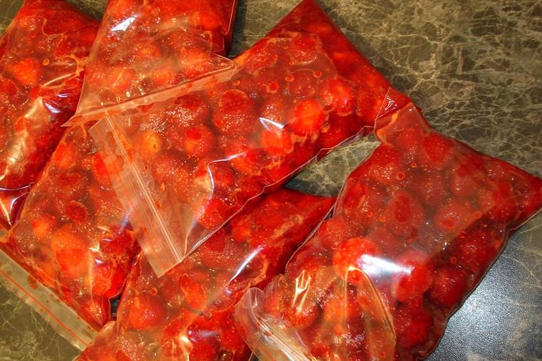 Также можно хранить клубнику в маленьких пакетиках с замочком.