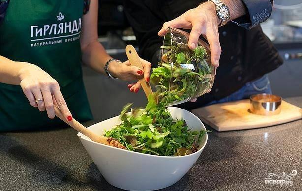 5. Заправляем салат, а сверху выкладываем микс салатов (не нарезанный).