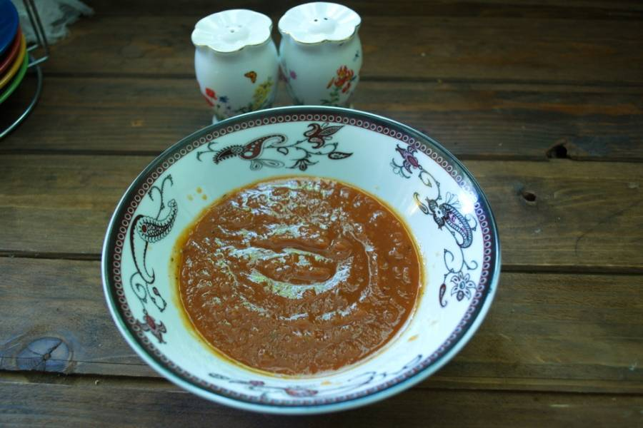 """Томатный соус типа """"Краснодарский"""" понадобится нам. Я его готовлю дома сама из томатного сока, уваренного до 50% с добавлением лука, болгарского перца, специй. Потом все перебиваю блендером."""