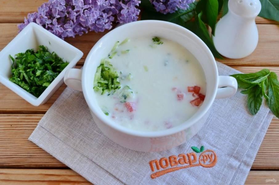 Соедините овощи с йогуртом.