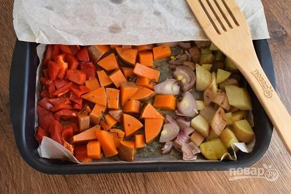 Снимите с тыквы и картофеля кожуру.