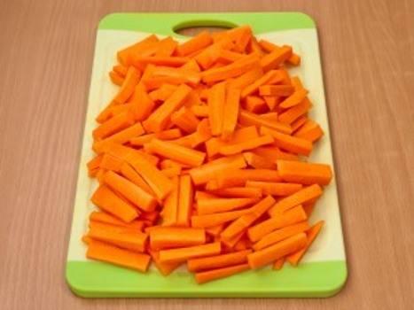 3. Когда мясо пустит сок и начнет выжариваться, добавьте к нему лук, а также посолите и поперчите. Я добавляю несколько зубков выдавленного чеснока. Морковь я нарезала брусочками, но ее можно  и натереть на средней терке.