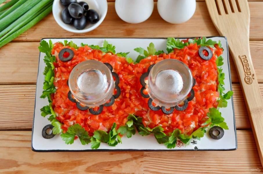 Оформите оливками салат.