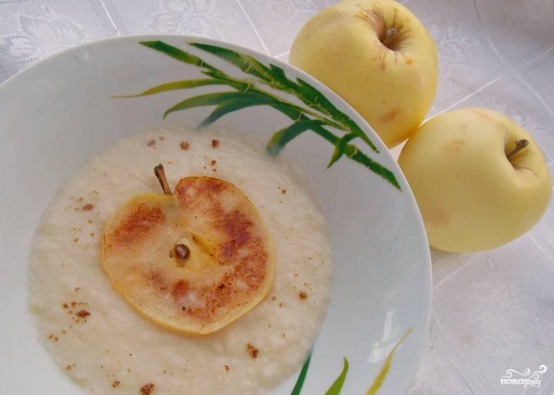 Теперь вливаем молоко и сливки. Варим несколько минут и превращаем массу в сладкий крем-суп при помощи погружного блендера. Украшаем готовое блюдо дольками свежих яблок и корицей. Приятного аппетита!