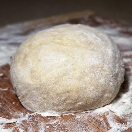 Месим тесто до тех пор, пока оно не перестанет прилипать к рукам.