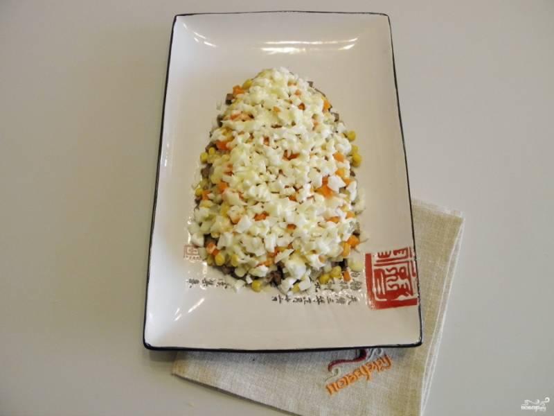 Распределите куриные белки. Полейте майонезом, добавьте щепотку соли.