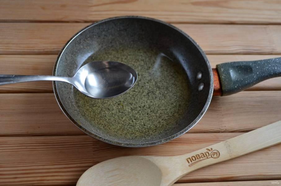 Убираем лук из сковороды. Убираем масло с огня и добавляем уксус.