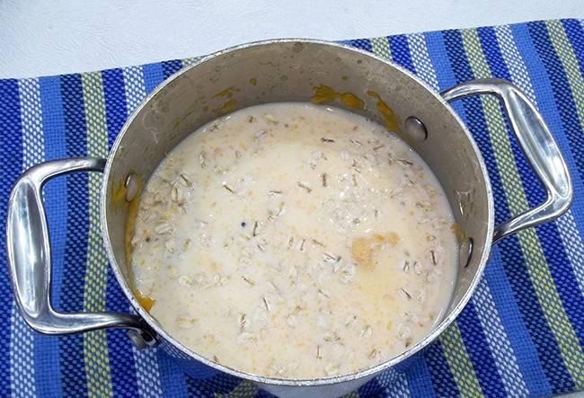 Далее добавьте молоко и соль.