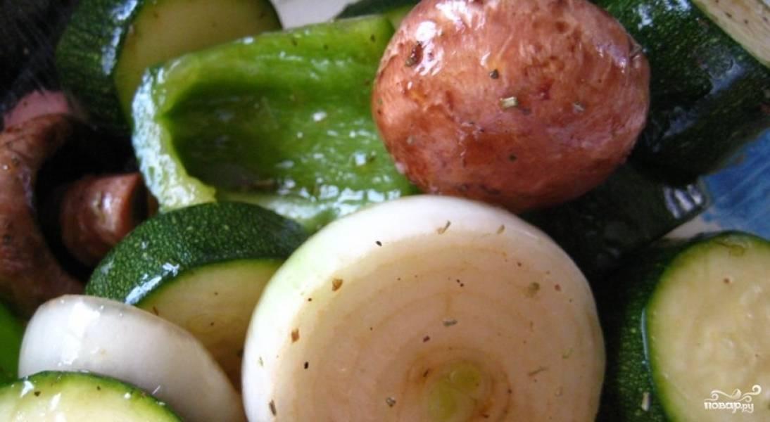 Маринуем подготовленные овощи в маринаде в течение 1 часа.