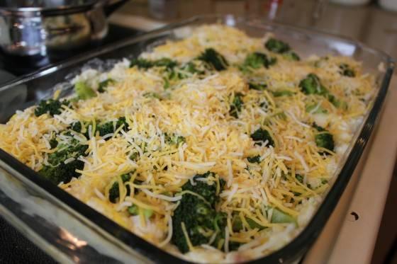 5. Форму для запекания смазываем маслом - сливочным или растительным и выкладываем содержимое миске, равномерно распределяя по форму. Если желаете, то блюдо перед запеканием можно посыпать тертым сыром, тогда придется оставить часть из общего количества.