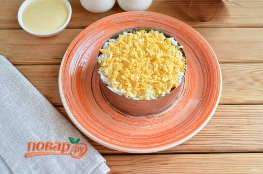 Следующий слой — тертое яйцо.