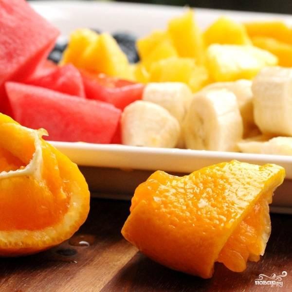 Все нарезанные фрукты смешиваем в одной тарелке, сбрызгиваем апельсиновым соком.