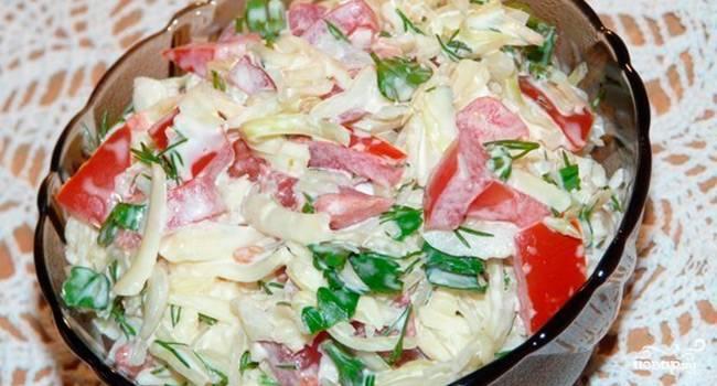Салат с кукурузой с фасолью и сухариками и колбасой рецепт с